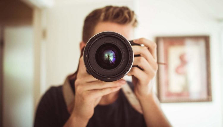 Man gebruikt camera, maar geheugenkaart werkt niet